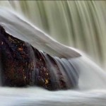 Batu itu Lembut, Air itu Keras